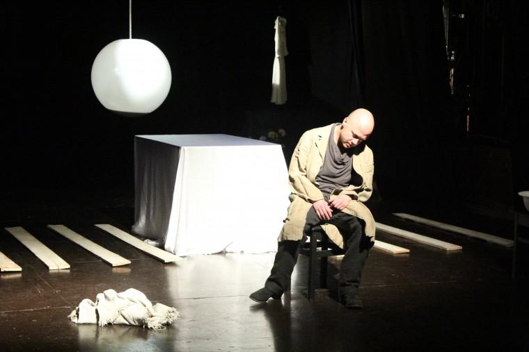 На фестивале «Калужская осень» в Доме музыки будет показан моноспектакль в исполнении Евгения Стычкина «Кроткая»