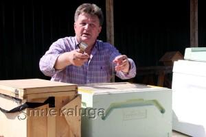 Василий Васильевич Макашин проводит экскурсию по экопасеке