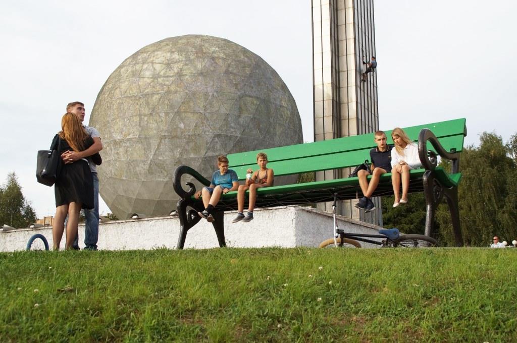 Гигантская скамейка: новый арт-объект на площадке у памятника 600-летию Калуге