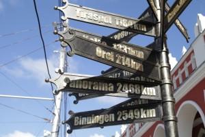 Столб-указатель городов-побратимов и партнёров калуга