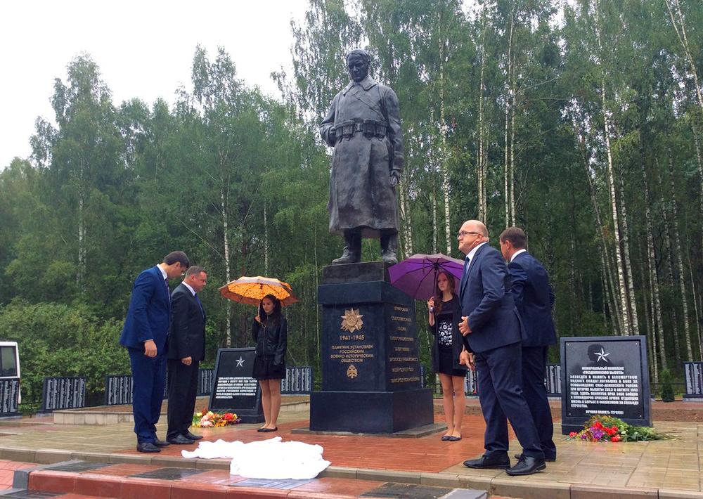 На «Гнездиловской высоте» открыли Памятник солдату