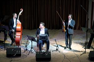 Алпеев Илья (контрабас), Павел Ратынский (бандонеон) и Александр Рязанов (скрипка) калуга
