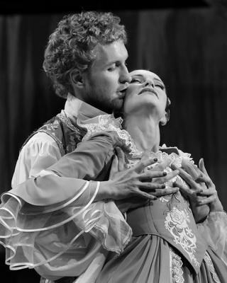 Драма «Королевский комедиант с бронзовыми бантами на башмаках» в Калужском областном драматическом театре