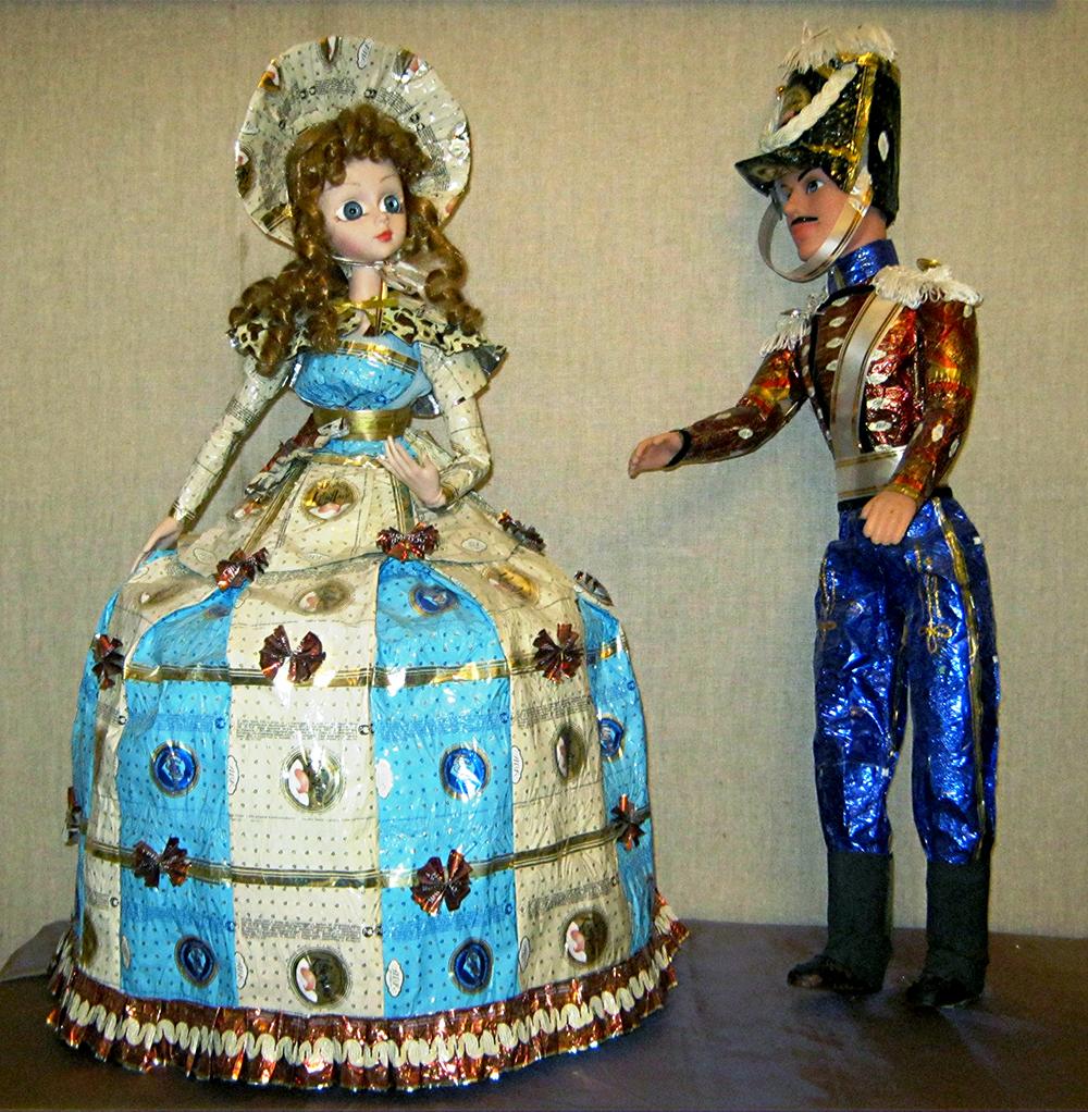 В Полотняном заводе открылась выставка кукол в костюмах из фантиков