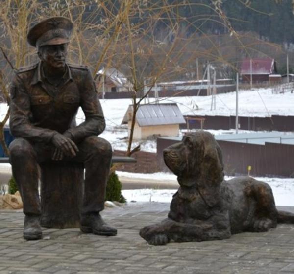 В Тарусском районе открылась бронзовая скульптура сельского участкового