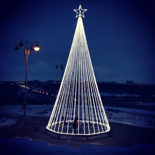 На площадке у памятника 600-летию Калуги появилась необычная 21-метровая ёлка