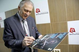 Алексей Кузнецов подписывает свою пластинку