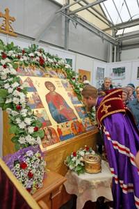 Икона и ковчег с частицами мощей святого великомученика и целителя Пантелеимона