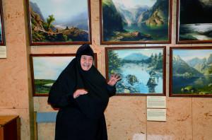 Первую экскурсию по выставка провела монахиня София, Президент Международного православного Сретенского кинофестиваля «Встреча»