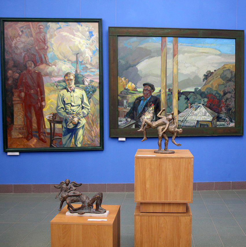 В зале Калужского музея изобразительных искусств представлена живопись Евгения Долгачева и скульптура Владимира Тараканова