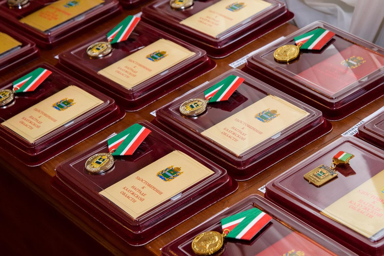 Анатолий Артамонов наградил почетных калужан