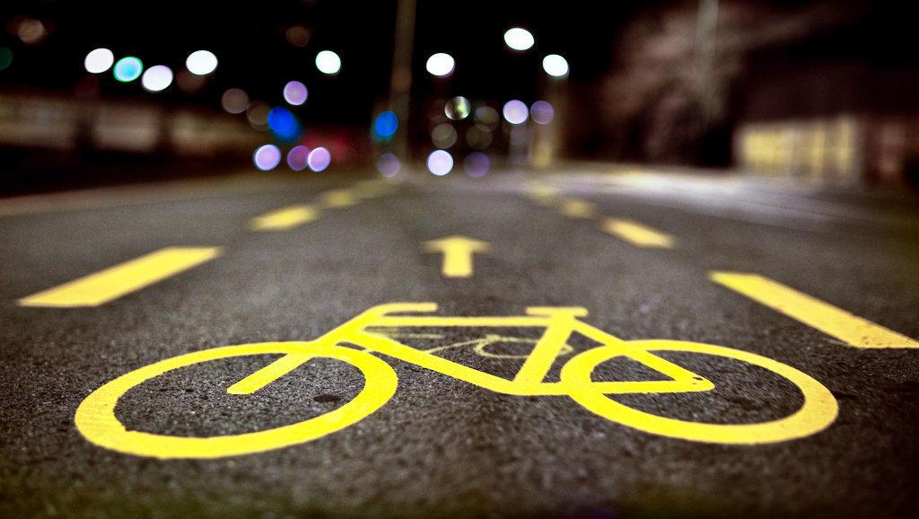 По ночному городу проехались сотни велосипедистов