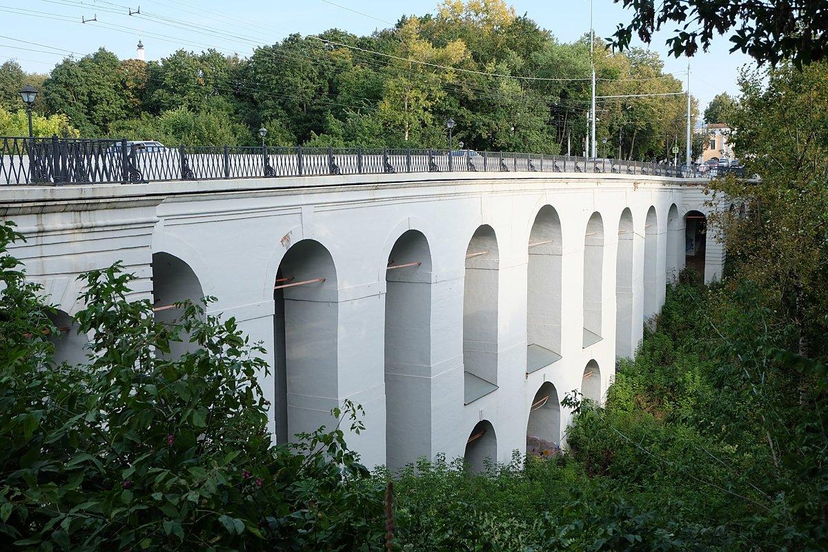 Каменный мост попал в топ рейтинга самых удивительных автомобильных мостов России.
