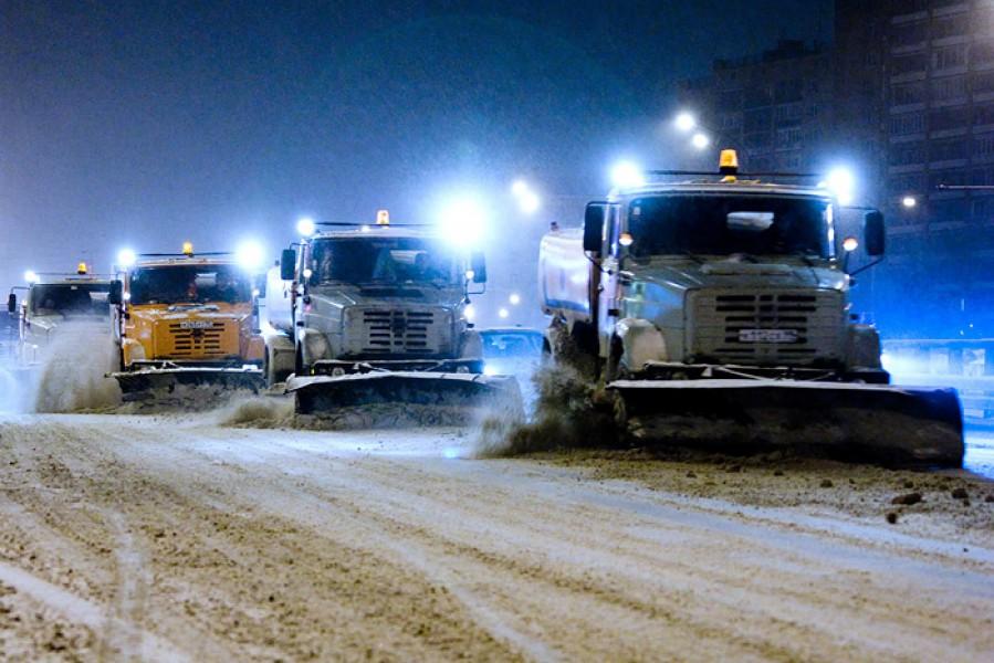 Более сотни единиц техники вышли на уборку первого снегопада
