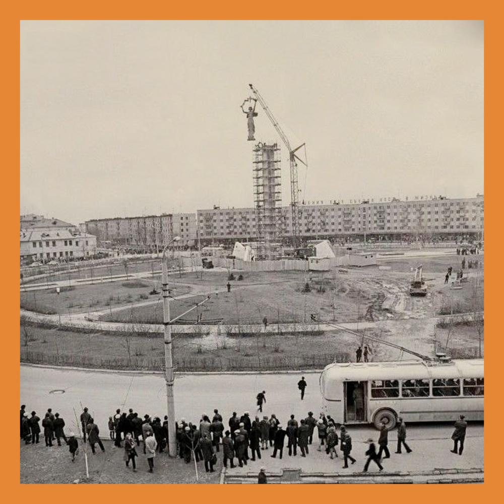 В 1973 году обелиск на площади Победы увенчала бронзовая фигура Родины-Матери