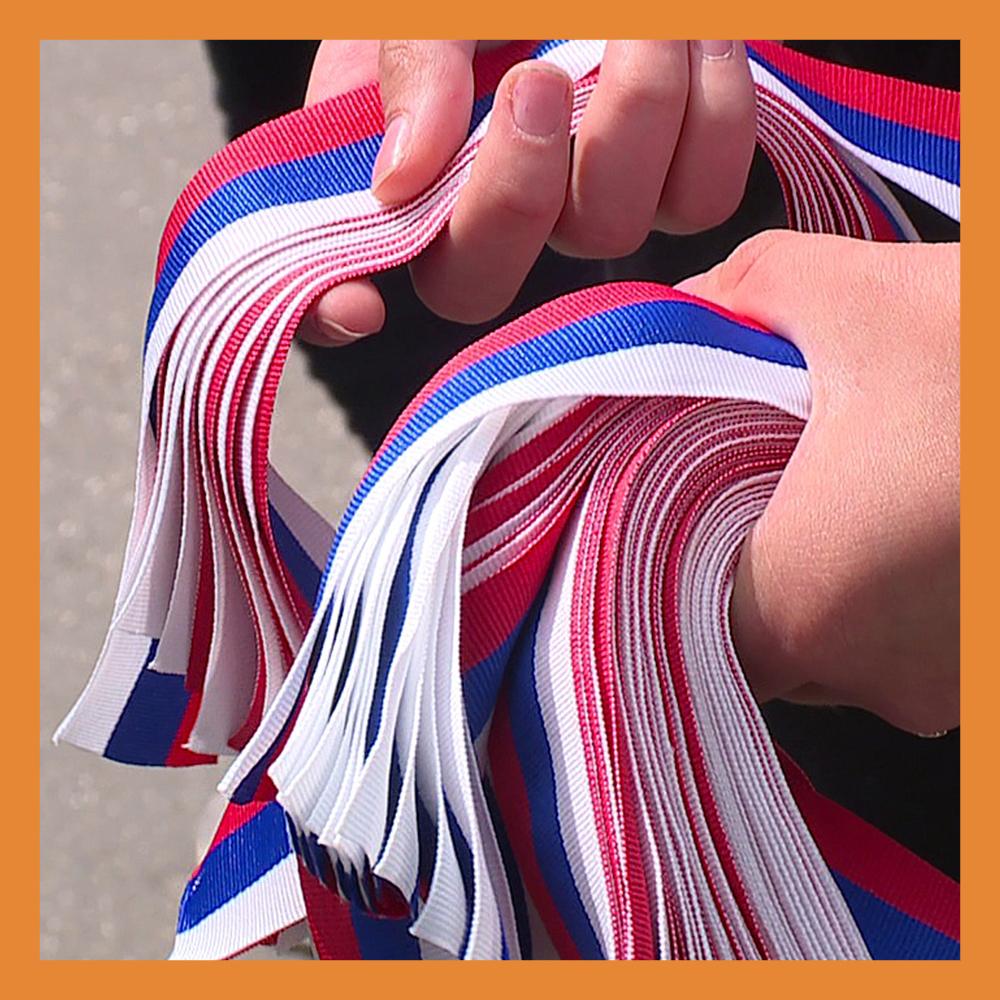 В преддверии Дня России волонтеры раздадут в регионе сотни лент в цветах российского триколора