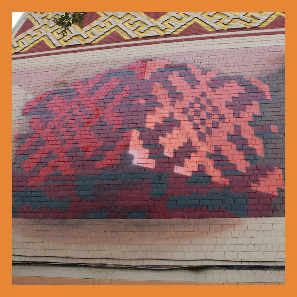 Дом в центре Калуги украсил мурал с перевитью